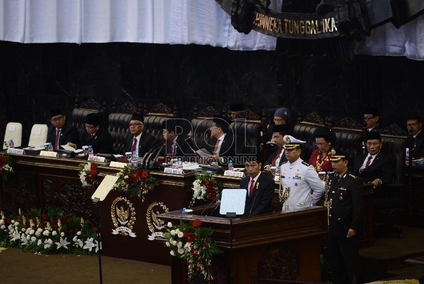 Presiden Joko Widodo menyampaikan pidato kenegaraan saat Sidang Bersama DPR dan DPD Tahun 2015 di Kompleks Parlemen, Senayan, Jakarta, Jumat (14/8).
