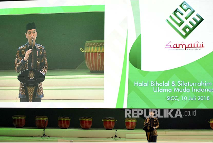 Presiden Joko Widodo menyampaikan sambutan dalam 'Halal Bihalal dan Silaturrahim Nasional Solidaritas Ulama Muda Jokowi (Samawi)' di Sentul, Babakan Madang, Kabupaten Bogor, Jawa Barat, Selasa (10/7). Halal Bihalal dan Silaturrahim Nasional Samawi yang diikuti sedikitnya 15 ribu relawan tersebut sekaligus mendeklarasikan dukungan kepada Jokowi.