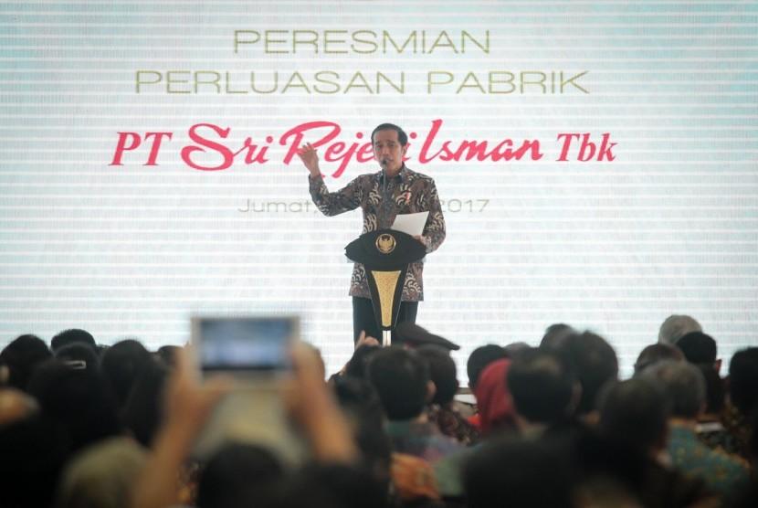 Presiden Joko Widodo menyampaikan sambutan pada acara peresmian perluasan Pabrik PT Sri Rejeki Isman (Sritex) Tbk di Sukoharjo, Jawa Tengah, Jumat (21/4).
