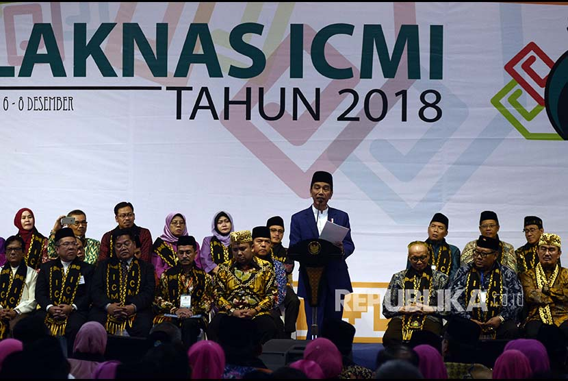 Presiden Joko Widodo menyampaikan sambutan saat membuka Silaturahmi Kerja Nasional (Silaknas) Ikatan Cendekiawan Muslim Indonesia (ICMI) tahun 2018 di Bandar Lampung, Lampung, Kamis (6/12)