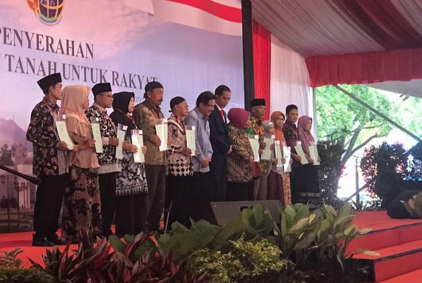Presiden Joko Widodo   menyerahkan 15 ribu sertifikat tanah program Pendaftaran Tanah Sistematis Lengkap (PTSL) untuk masyakarat Kabupaten Bogor, di Sirkuit Sentul,  Selasa (6/3).