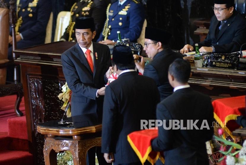 Presiden Joko Widodo menyerahkan RUU APBN 2018 kepada Wakil Ketua DPR Fadli Zon, dan Ketua DPD Oesman Sapta Odang dalam Sidang Paripurna DPR Tahun 2017 di Kompleks Parlemen, Senayan, Jakarta, Rabu (16/8).
