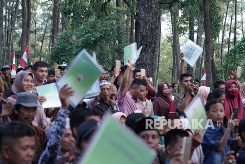 Presiden Joko Widodo menyerahkan Surat Keputusan (SK) Perhutanan Sosial di Taman Wisata Alam (TWA) Punti Kayu, Kota Palembang, Provinsi Sumatera Selatan, Ahad (25/11).