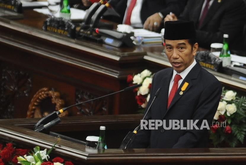 Presiden Joko Widodo saat berpidato dalam Sidang Tahunan MPR di Kompleks Parlemen, Senayan, Jakarta, Selasa (16/8). (Republika/Tahta Aidilla)