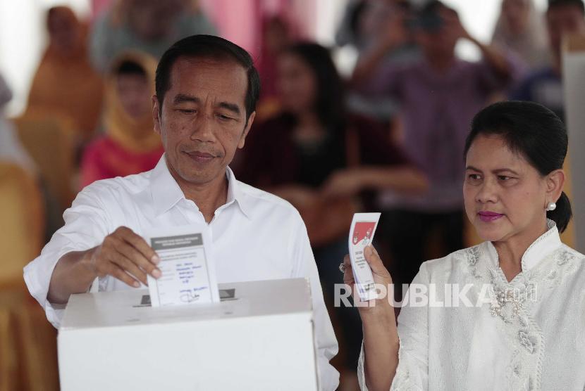 Presiden Joko Widodo saat menggunakan hak suaranya di Pemilu 2019.