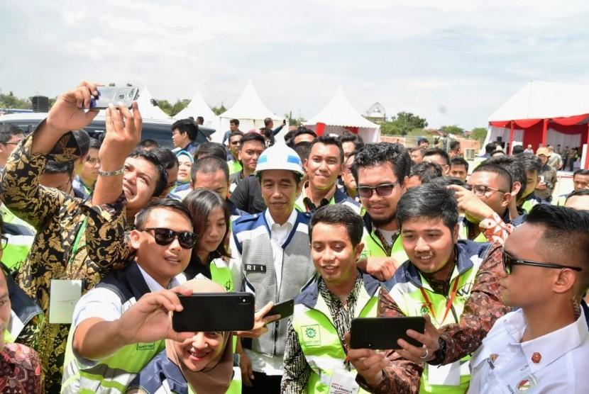 [ilustrasi] Presiden Joko Widodo saat meresmikan jalan tol Pejagan-Pemalang dan Pemalang-Batang, Jumat (9/11).