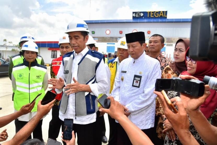 President Joko Widodo (center)