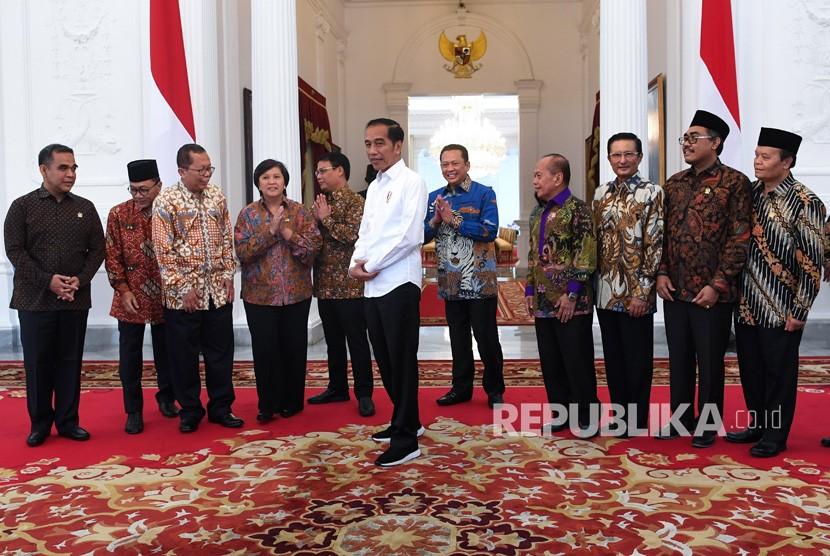 Presiden Joko Widodo (tengah) berbincang dengan Ketua MPR Bambang Soesatyo (kelima kanan) dan wakil pimpinan MPR di Istana Merdeka, Jakarta, Rabu (16/10/2019).