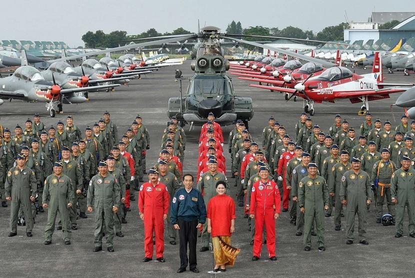 Presiden Joko Widodo (tengah) bersama Ibu Negara Iriana Joko Widodo (kelima kanan) dan Kepala Staf TNI Angkatan Udara Marsekal TNI Hadi Tjahjanto (kelima kiri) berfoto bersama dengan 152 pilot pesawat tempur TNI AU di Terminal Selatan Lanud Halim Perdanakusum, Jakarta, Minggu (9/4).