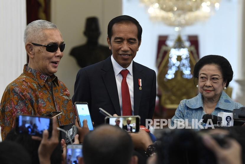 Presiden Joko Widodo (tengah) bersama Ketua Dewan Pengarah Badan Pembinaan Ideologi Pancasila (BPIP) Megawati Soekarnoputri (kanan) dan Wakil Dewan Pengarah BPIP Try Sutrisno (kiri) menyampaikan keterangan usai pertemuan tertutup di Istana Merdeka, Jakarta, Selasa (21/5/19).