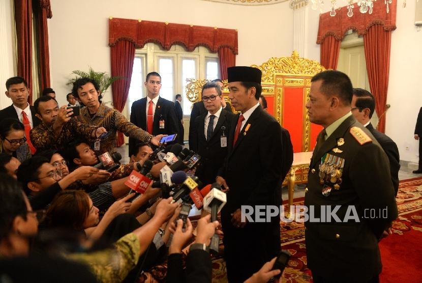 Presiden Joko Widodo (tengah) bersama Panglima TNI Gatot Nurmantyo menjawab pertanyaan wartawan terkait isu penggantian Panglima TNI di Istana Negara, Jakarta, Rabu (11/9).