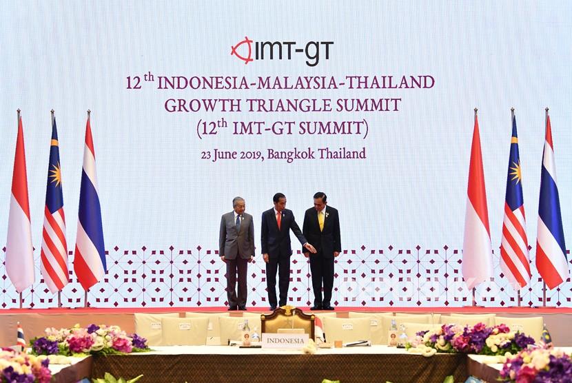 Presiden Joko Widodo (tengah) bersama Perdana Menteri Malaysia Mahathir Mohamad (kiri) dan Perdana Menteri Thailand Prayut Chan O-cha berfoto bersama saat 12th Indonesia-Malaysia-Thailand Growth Triangle Summit (IMT-GT SUMMIT) disela-sela KTT ASEAN ke-34 di Bangkok, Thailand, Ahad (23/6/2019).
