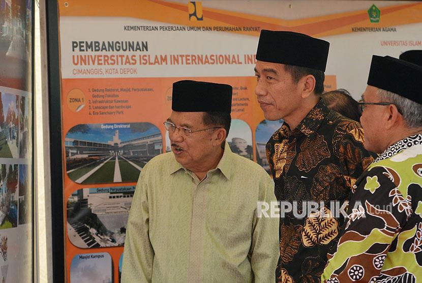 Wakil Presiden Jusuf Kalla (kiri) bersama Presiden Joko Widodo (tengah)