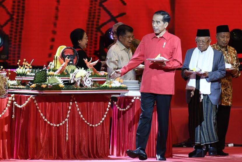 President Joko Widodo (center) and Vice President Jusuf Kalla (second left), Chairperson of PDI Perjuangan Megawati Soekarnoputri (left), former Vice President Hamzah Haz (right), and Vice Presidential Candidate KH Ma'ruf Amin (second right) attend the 45th anniversary celebration of PDI Perjuangan in Jakarta, Thursday (Jan 10).