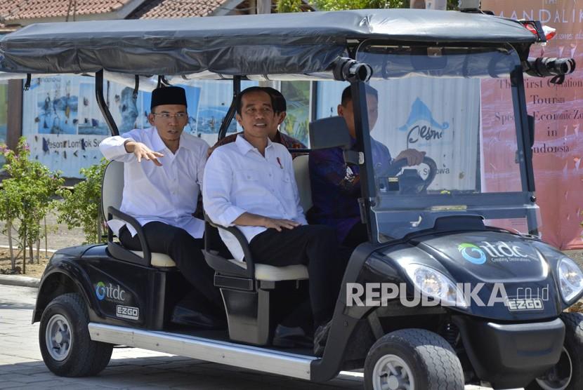 Presiden Joko Widodo (tengah) didampingi Gubernur NTB TGB Zainul Majdi (kiri) berkeliling kawasan di sela-sela peresmian operasional KEK Mandalika, di Desa Kuta, Pujut, Praya, Lombok Tengah, NTB.