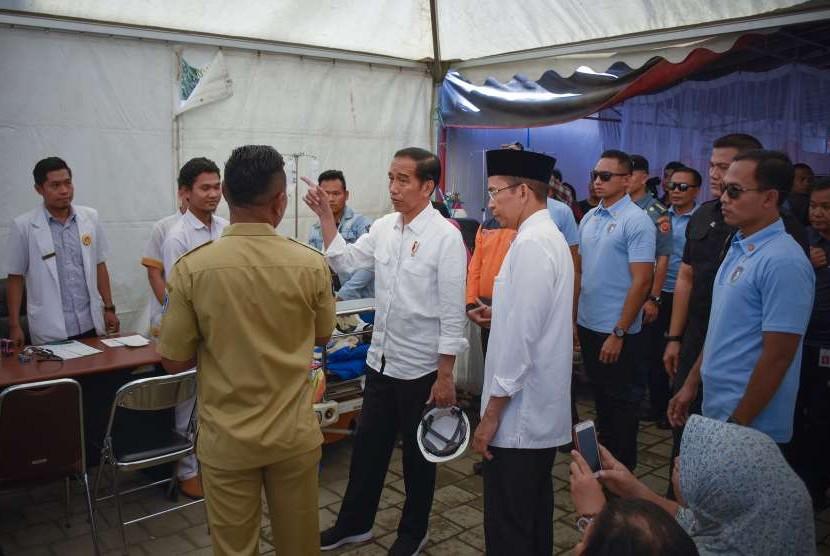 President Joko Widodo (center) accompanied by West Nusa Tenggara Governor TGB Zainul Majdi (third right) reviews medical services at emergency tents of Mataram City Hospital, Monday (Sept 3).