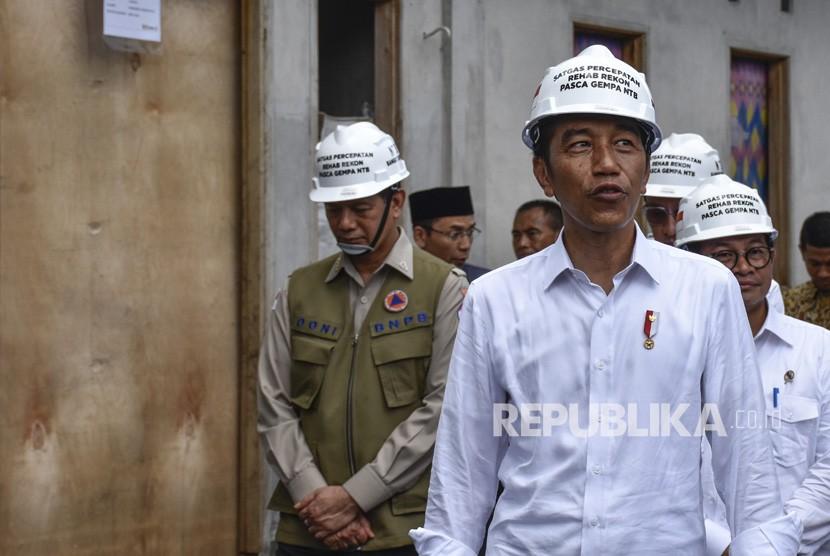 Presiden Joko Widodo (tengah).
