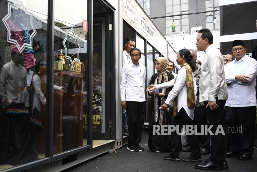 Presiden Joko Widodo (tengah) didampingi Menteri BUMN Rini Soemarno (ketiga kanan), Menteri Agama Lukman Hakim Saifuddin (kanan) dan Kepala Bekraf Triawan Munaf (kedua kanan) meninjau gerai Halal Park di kawasan Stadion Utama Gelora Bung Karno, Jakarta, Selasa (16/4/2019).