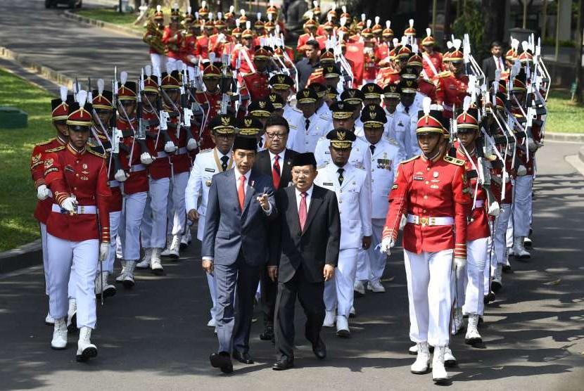 Presiden Joko Widodo (tengah) didampingi Wakil Presiden Jusuf Kalla dan sembilan pasangan gubernur dan wakil gubernur terpilih mengikuti prosesi kirab di Kompleks Istana Kepresidenan, Jakarta, Rabu (5/9).