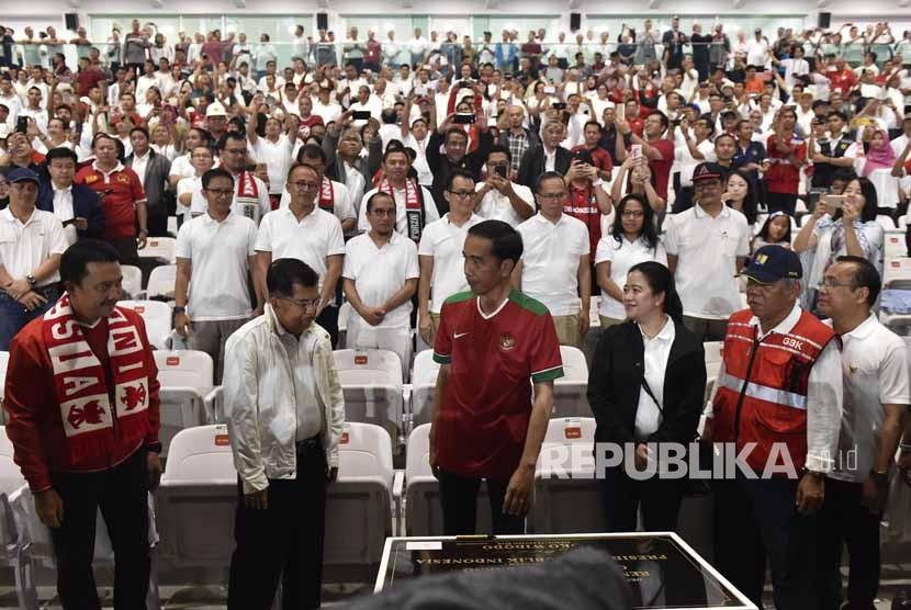Presiden Joko Widodo (tengah) didampingi Wapres Jusuf Kalla (kedua kiri), Menko PMK Puan Maharani, Menteri PUPR Basuki Hadimuljono (kedua kanan), Mensesneg Pratikno (kanan) dan Menpora Imam Nahrawi (kiri) meresmikan Stadion Utama Gelora Bung Karno di Jakarta, Ahad (14/1).