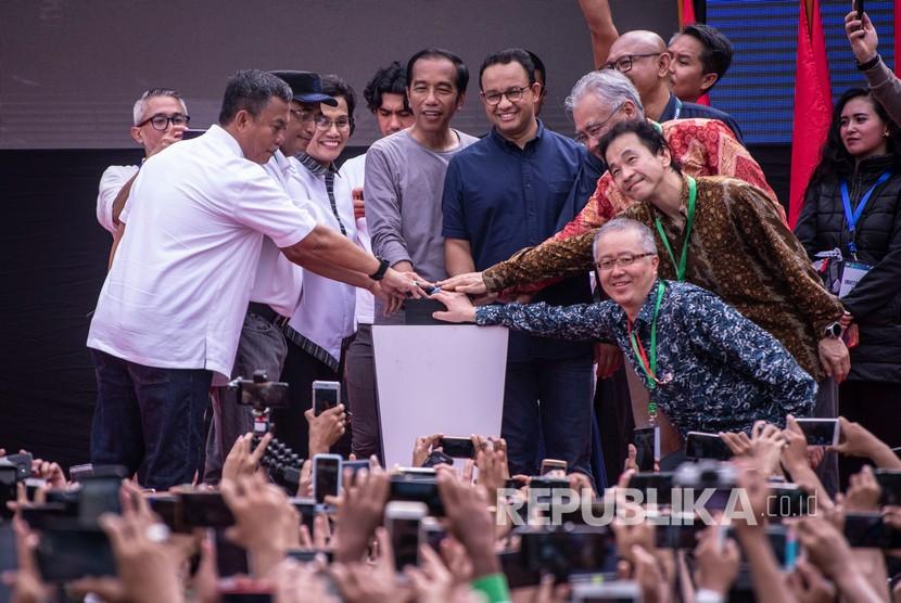 Presiden Joko Widodo (tengah kiri) bersama Gubernur DKI Jakarta Anies Baswedan (tengah kanan) serta pejabat terkait menekan tombol saat meresmikan MRT Jakarta, di kawasan Bundaran HI, Jakarta, Ahad (24/3/2019).