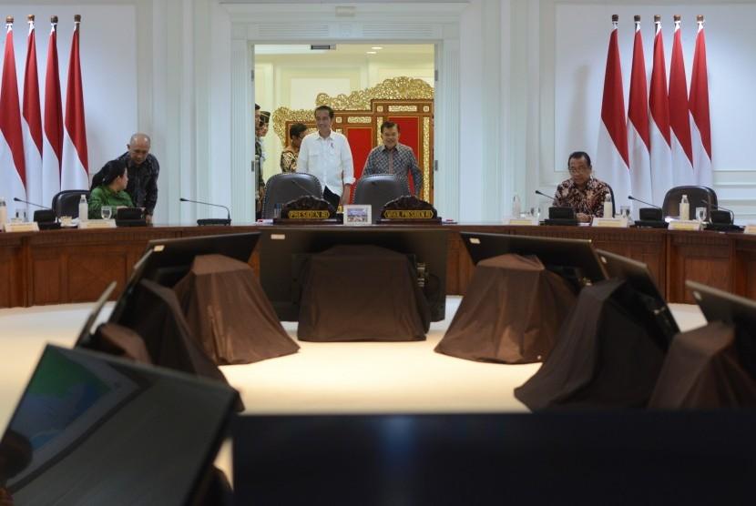 Presiden Joko Widodo (tengah kiri) dan Wakil Presiden Jusuf Kalla (tengah kanan) memasuki ruangan untuk rapat terbatas yang dihadiri menteri-menteri terkait, antara lain Menko PMK Puan Maharani (kiri), Kepala Staf Kepresidenan Teten Masduki (kedua kiri), dan Mensesneg Pratikno di Kantor Kepresidenan, Jakarta, Kamis (28/9).
