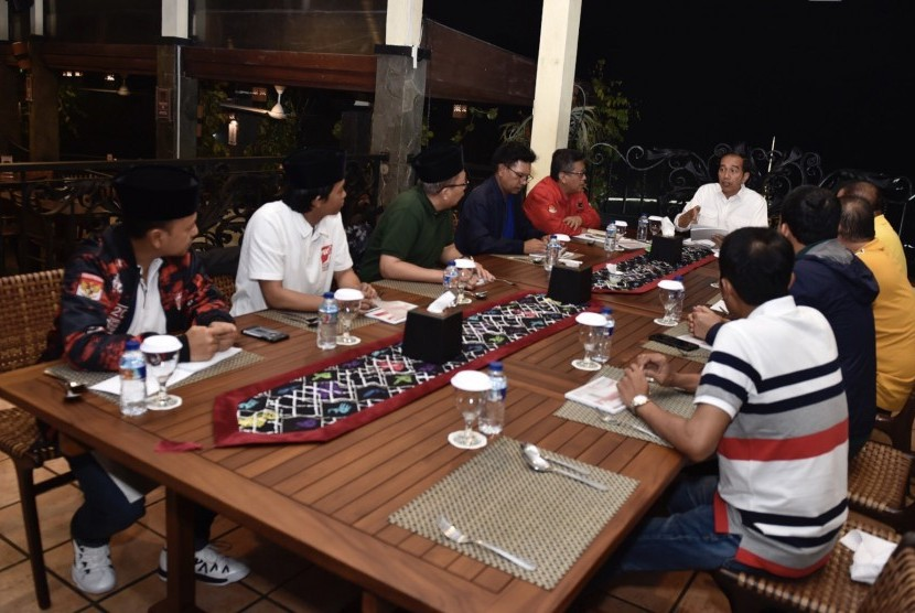 President Joko Widodo (center) holds a meeting with nine secretary generals of supporting parties at Grand Garden Cafe, Bogor Botanical Garden, Bogor, West Java, on Tuesday (July 31).