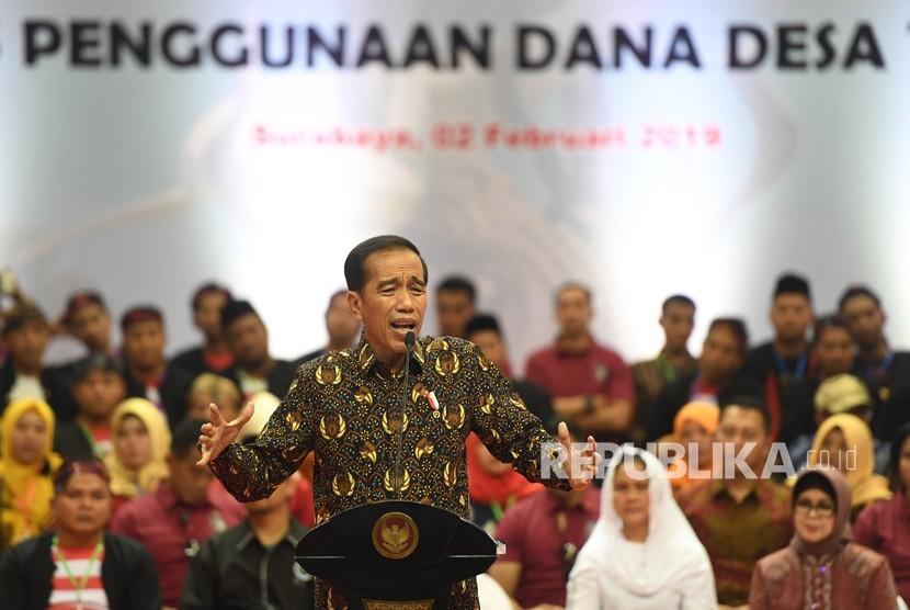 Presiden Joko Widodo (tengah) memberikan arahan kepada para pendamping desa saat Sosialisasi Prioritas Penggunaan Dana Desa 2019 di Surabaya, Jawa Timur, Sabtu (2/2/2019).