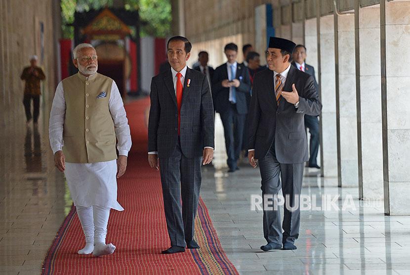 Presiden Joko Widodo (tengah) mendampingi PM India Narendra Modi (kiri) mendengarkan penjelasan dari Wakil Ketua Badan Pelaksana Pengelola Masjid Istiqlal Bahrul Hayat ketika mengunjungi Masjid Istiqlal, Jakarta, Rabu (30/5).