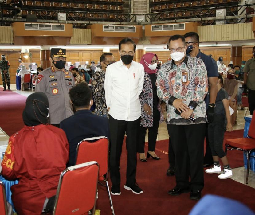 Presiden Joko Widodo (tengah) saat meninjau vaksinasi merdeka (ilustrasi)
