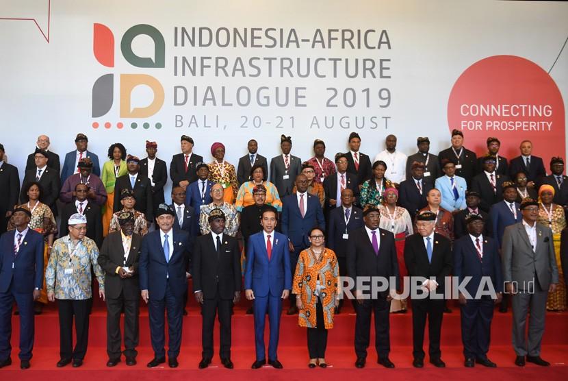 Presiden Joko Widodo (tengah) yang didampingi sejumlah menteri kabinet kerja berfoto bersama perwakilan delegasi negara-negara Afrika saat menghadiri Indonesia-Africa Infrastructure Dialogue 2019 di Bali, Selasa (20/8/2019).