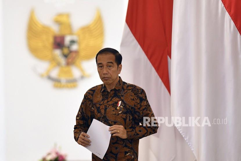 Presiden Joko Widodo tiba untuk menyampaikan keterangan pers terkait penangangan COVID-19 di Istana Bogor, Jawa Barat, Ahad (15/3/2020).(Antara/Sigid Kurniawan)