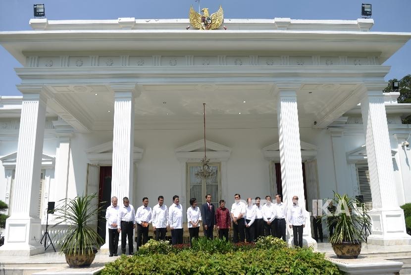 Presiden Joko Widodo, Wakil Presiden Jusuf Kalla, bersama jajaran menteri yang baru berfoto bersama usai konferensi pers terkait perombakan Kabinet Kerja ke-2 di Istana Merdeka, Jakarta, Rabu (27/7).(Republika/Wihdan Hidayat)