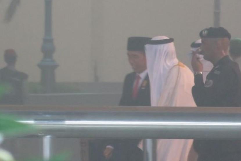 Presiden Jokowi berbincang dengan Raja Arab Saudi Pangeran Salman Al Saud, yang menyambutnya saat tiba di Jeddah, Arab Saudi, Jumat (11/9) malam.