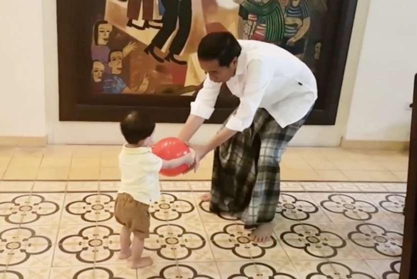 Presiden Jokowi bermain bersama cucunya, Jan Ethes Srinarendra (ilustrasi)