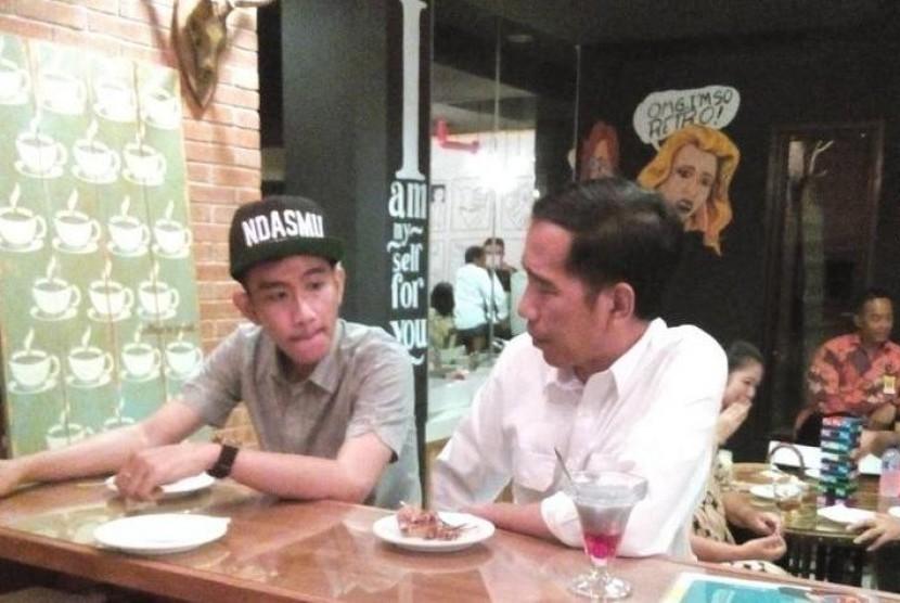 Presiden Jokowi bersama Gibran ketika berkunjung ke kafe Markobar.