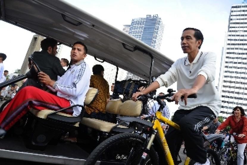 Presiden Jokowi bersepeda di Bundaran HI, Ahad (25/1).