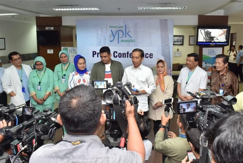 Presiden Jokowi dan Ibu Negara Iriana Jokowi menjenguk Kahiyang melahirkan di RS YPK Mandiri, Menteng, Rabu (1/8).