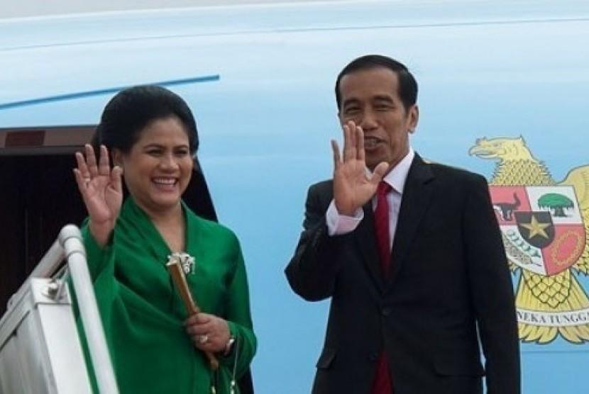 Presiden Jokowi dan Ibu Negara Iriana Widodo di pintu pesawat kepresidenan.