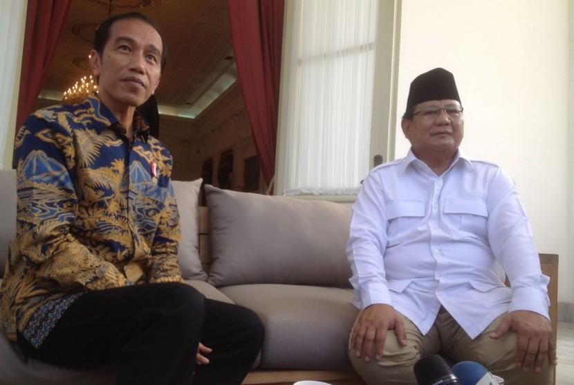 Presiden Jokowi dan Prabowo Subianto berbincang di beranda belakang Istana Merdeka, Jakarta, Kamis (17/11)