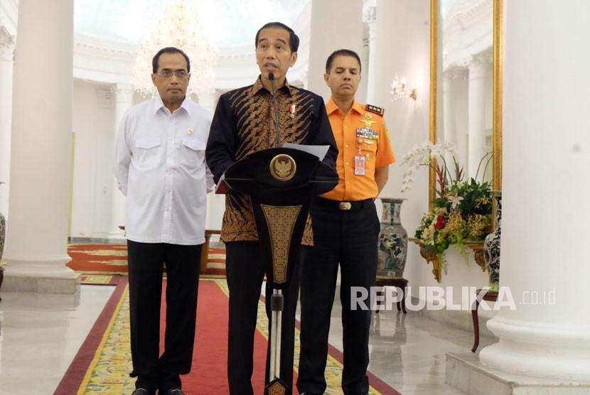 Presiden Jokowi didampingi Menteri Perhubungan Budi Karya Sumadi, dan Kepala Basarnar, Marsekal Madya Muhammad Syaugi, Rabu (20/6).