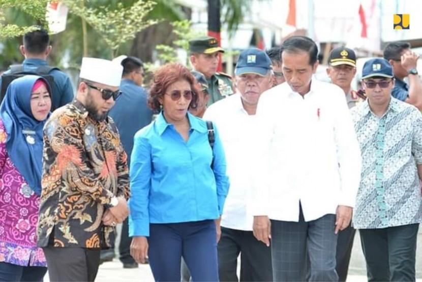 Presiden Jokowi didampingi Menteri PUPR Basuki Hadimuljono dan Menteri Kelautan dan Perikanan Susi Pudjiastuti, Jumat (15/2), meninjau Kampung Sumber Jaya di Bengkulu