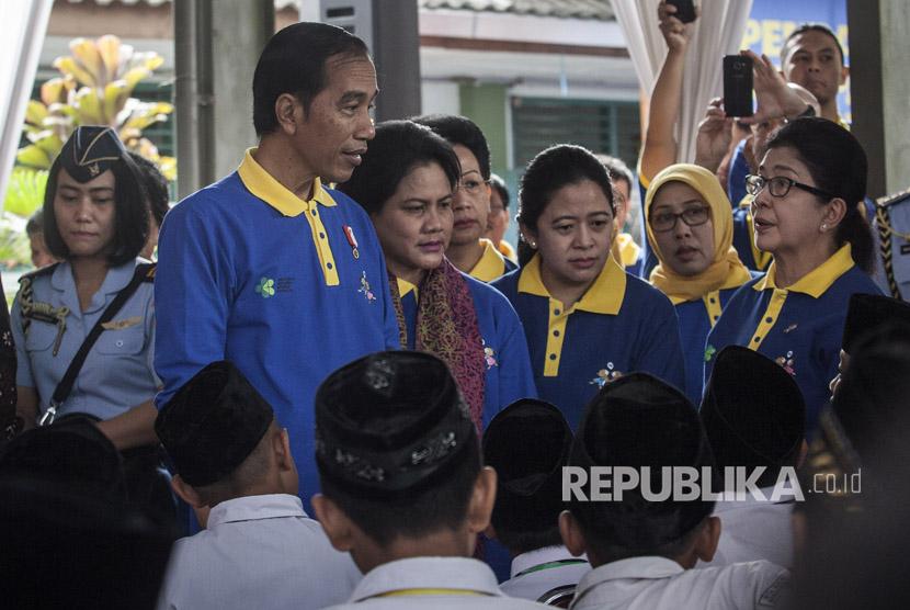 Presiden Jokowi (kiri) bersama Menteri Kesehatan Nila F Moeloek (kanan) dan Menteri Koordinator Bidang Pembangunan Manusia dan Kebudayaan Indonesia, Puan Maharani (ketiga kanan) berdialog saat acara Pencanangan Kampanye Imunisasi Measless Rubella (MR) di Madrasah Tsanawiah 10, Sleman, DI Yogyakarta, Senin (1/8).