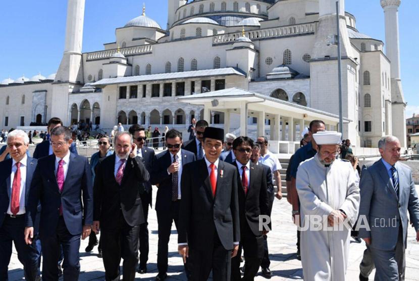 Presiden Jokowi kunjungi masjid terbesar Turki