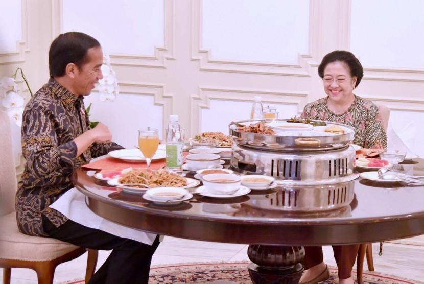 Presiden Jokowi melakukan pertemuan dengan  Megawati Soekarnoputri.