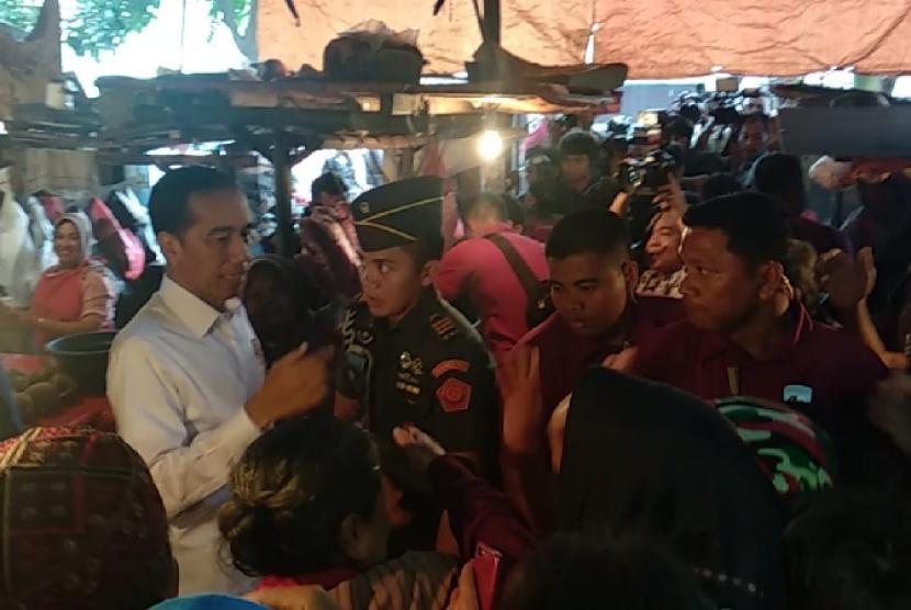 Presiden Jokowi memantau harga bahan pokok di Pasar Minggu, Jumat (22/2).