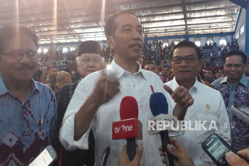 Presiden Jokowi memberikan keterangan terkait sertifikat tanah di Indonesia, Senin (26/3).