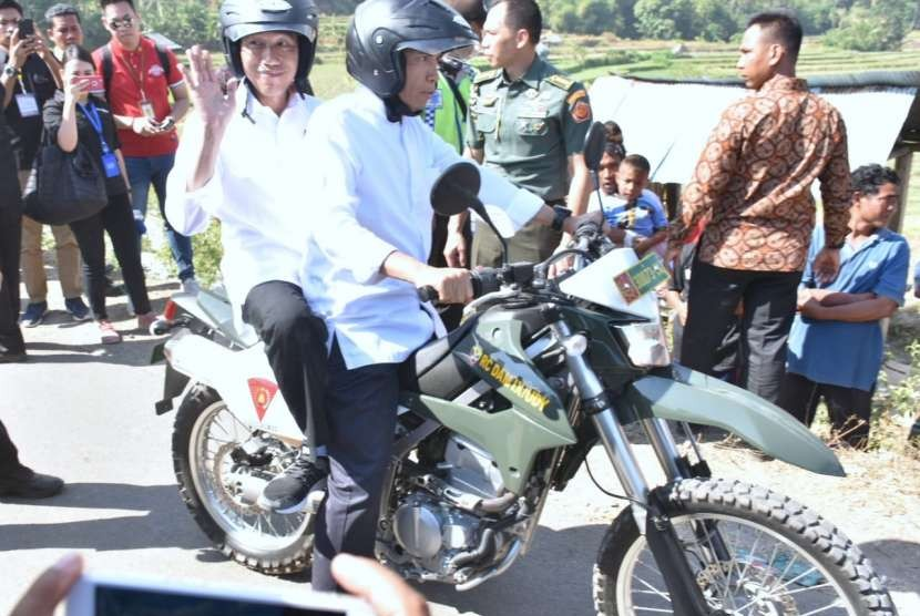Gubernur NTB TGB Zainul Majdi membonceng Presiden Jokowi saat meninjau pengungsi di Dusun Terengan, Desa Pemenang Timur, Kecamatan Pemenang, Lombok Utara.