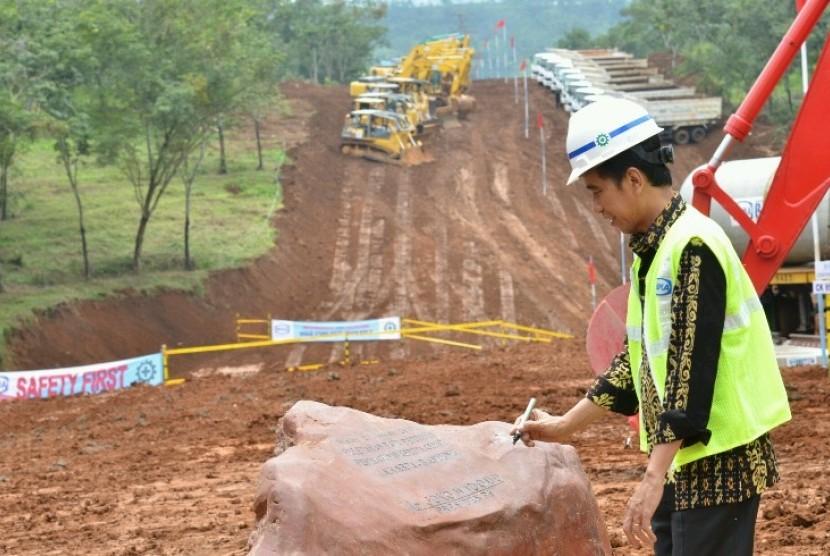 Presiden Jokowi menandatangani prasasti proyek kereta cepat.