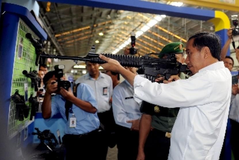 Presiden Jokowi mencoba senjata laras panjang buatan PT Pindad (Persero) di Bandung, Senin (12/1).